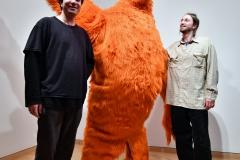 Künstlerkollege Stefan Tcherepnin (links) lässt in seinen Videoarbeiten das Cookie-Monster lebendig werden. Foto: Konczak