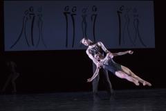 Die muskulösen Körper der Tanzenden kommen bei der Inszenierung sehr gut zur Geltung.Foto Stephan Walzl