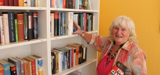 Erike Stiewe betreut das Stuhrer Büchertausch-Regal ehrenamtlich. Foto: Füller