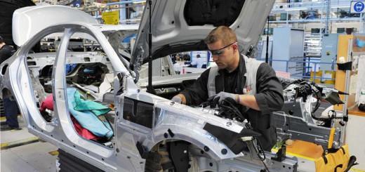 Mitarbeiter in der Automobilproduktion Foto: WR