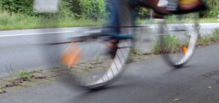 Radfahrer unterwegs an der Straße