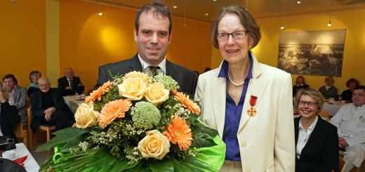 Landrat Peter Bohlmann und Gertraud Bals, Empfängerin der Verdienstmedaille. Foto: Bruns