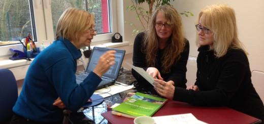 Margaretha Gröninger (l.) bespricht mit ihren Kollegen im Mütterzentrum Vahr Konzepte der berufsorientierten Beratung