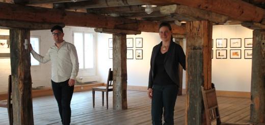 Malte Preiser und Dr. Katja Pourshirazi markieren die Selle, an der eine neue Wand gezogen wird.