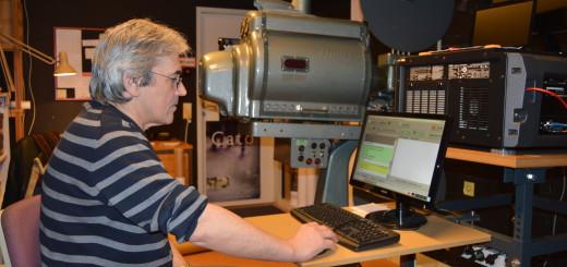 Detlev Fechtmann im Vorführraum des Achimer Kinos.