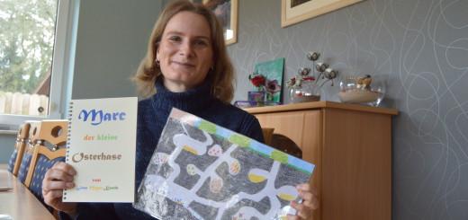 Kinderbücher-Malerin Jana Meyer-Knecht mit Buch und Zeichnung