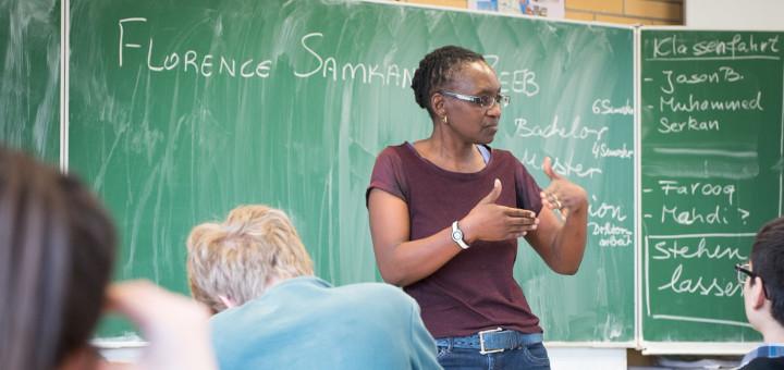 Die Gesundheitswissenschaftlerin Dr. Florence Samkange-Zeeb vor einer Schulklasse. Foto: Rolfes