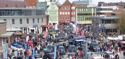 Rund 100 neue Autos kann man auf dem Rathausplatz bestaunen und in ihnen probesitzen.