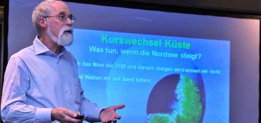 """Professor Karsten Reise, ehemaliger Fellow am Hanse-Wissenschaftskolleg Delmenhorst stellte im Bremer Weserstation das Buch """"Kurswechsel Küste – was tun, wenn die Nordsee steigt"""" vor. Foto: Konczak"""