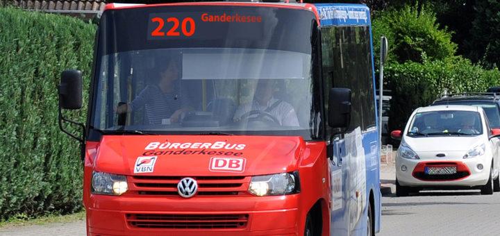 Die Nachfrage ist groß wie noch nie: Die Linie 220 des Bürgerbusses in Ganderkesee fährt ab Montag auf allen sechs Touren mit zwei Fahrzeugen im Tandembetrieb. Fotomontage: Konczak