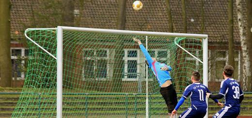Marcel Maus (Nr. 11), der die beiden ersten Abdin-Tore erzielte, und Patrick Schumacher scheitern hier am Wiefelsteder Torwart.Foto: Eckert