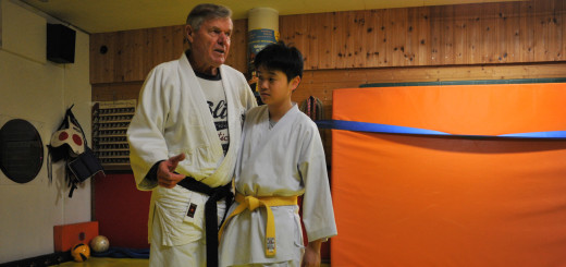 Budo-Meister Ewald Hoffstedt und sein Kampfsportschüler Martin Le demonstrieren die körperliche Nähe beim Antanztrick.