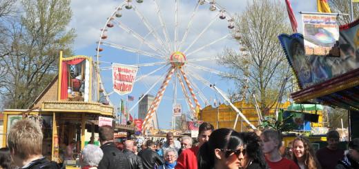 In diesem Frühjahr gastiert wieder das 50 Meter hohe Riesenrad auf dem Kramermarkt. Es ermöglicht einen guten Blick über das Gelände.Foto: Konczak