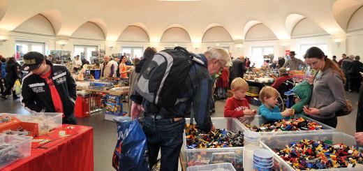 Am Wühltisch bei der Lego- und Playmobilbörse suchen die kleinen großen Sammler nach fehlenden Einzelteilen für ihre Kreationen. Foto: Konczak