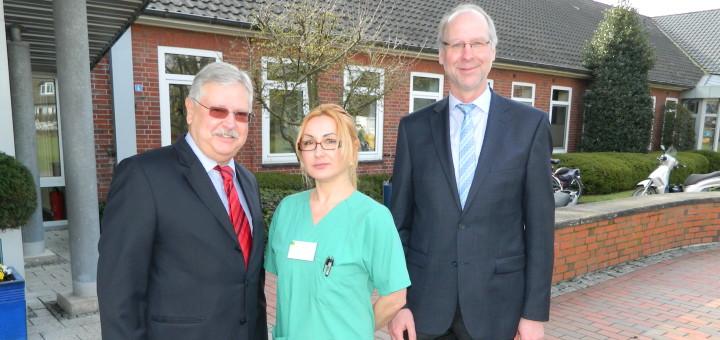 Krankenhausleiter Klaus Vagt (rechts) freut sich über die ärztliche Verstärkung durch den Proktologen Dr. Wolfgang Dietz (links). Er wird von der medizinischen Fachangestellten Beata Meißner (Mitte) unterstützt. Foto: Bosse