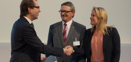 Bundesverkehrsminister Alexander Dobrindt (links) mit Landrat Bernd Lütjen (SPD) und der Abgeordneten Christina Jantz-Herrmann (SPD). Foto: red