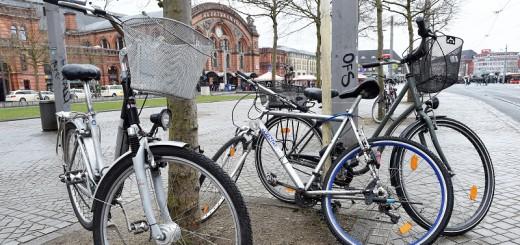 Fahrrädern fehlt es nichNicht nur am Bremer Hauptbahnhof gibt es zu wenig Fahrradparkplätze. Deswegen sollen Autos ihnen jetzt Platz machen. Foto: Barth
