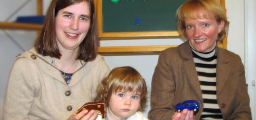 Anke Cordes berät eine Mutter bei der Antragsstellung
