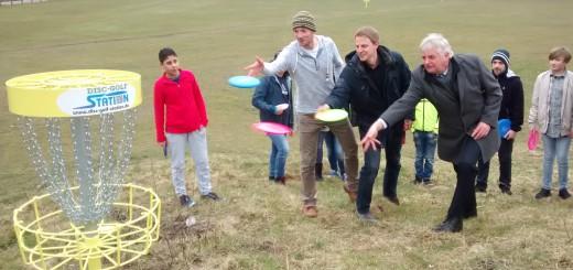 """Niels Thomsen und die Planer von """"Acktun und Wilkens"""" wagen den entscheidenden Wurf auf den Korb.Foto: Disc-Golf-Station"""