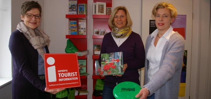 Martina Weisensee, Monika Kallisch und Kerstin Sonka von der Touristik-Palette Hude freuen sich, dass die Touristinfo zum zweiten Mal mit der i-Marke ausgezeichnet worden ist. Foto: kg
