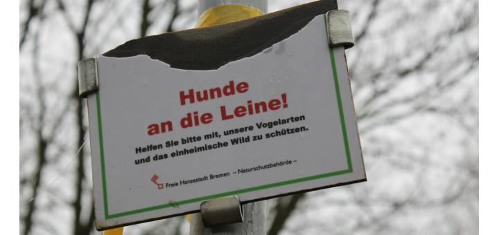 Im Grenzgebit Bremen-Niedersachsen werden Hinweisschilder mutwillig zerstört.