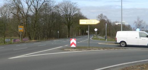 Wo die Kreisstraßen 8 und 9 sich treffen, knallt es regelmäßig. Deshalb soll an dieser Stelle entweder ein Kreisverkehr oder aber eine Ampel installiert werden. Foto: Bosse
