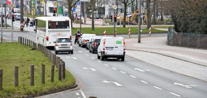 Kreuzung am Fuß der Karl-Carstens-Brücke regelmäßig zum Nadelöhr. Foto: Schlie