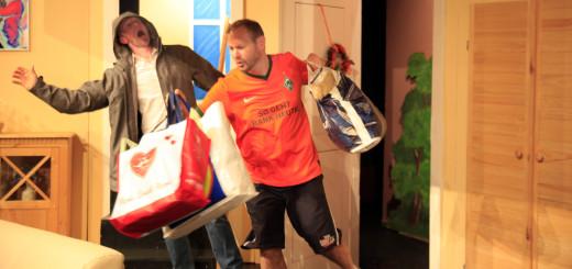 """Eine tolle Vorstellung boten Heiko Petershagen (links im Bild) und Torsten Wieting zur Premiere des Stücks """"Lögen hebbt junge Been"""" am Samstag im Kleinen Haus. Foto: Eckert"""