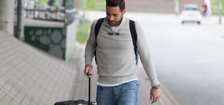 Werder-Stürmer Claudio Pizarro kommt nach seiner Länderspielreise am Weserstadion an. Foto: Nordphoto