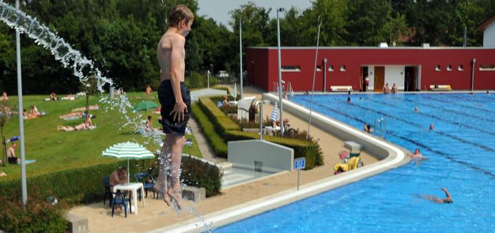 Laut der Bäderanalyse der Universität Vechta macht der Sprungturm unter anderem den Charakter des Freibades aus und sollte unbedingt erhalten bleiben. Foto: Konczak