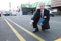 Die Doppellinie auf dem neu gestalteten Parkplatz soll helfen, dass Autofahrer mittiger einparken.