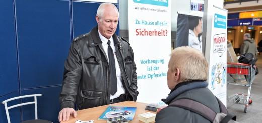 Am Bremer Hauptbahnhof informiert die Polizei Bremen über Diebstahlschutz. Foto: Schlie