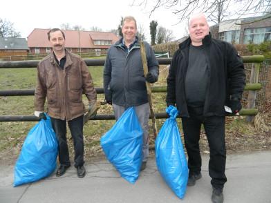 """Mit vollen Müllsäcken kehrten auch Peter Brandt, Andreas Tietjen und Manfred Hoff (von links) zum Sportplatz des SV """"Komet"""" zurück. Foto: Bosse"""