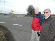 Horst Beiermann (rechts) und Manfred Fock von der Lilienthaler Verkehrswacht fordern eine Kreisverkehrslösung am Einmündungsbereich der Kreisstraßen 8 und 9 in Niederende. Foto: Bosse