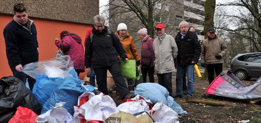 Mitglieder des Arbeitskreises Sauberes Delmenhorst stöbern im Müll im Wollepark.