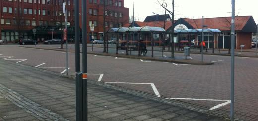 Der überdimensionierte Busbahnhof im Ortskern von Brinkum ohne Busse