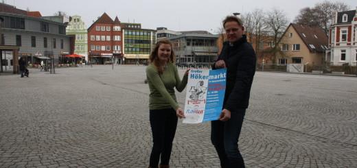 Kira Dingeldey von der Delmenhorster Wirtschaftsförderungsgesellschaft und Flohmarkt-Organisator Jürgen Janssen werben für den Hökermarkt in der Delmenhorster Innenstadt