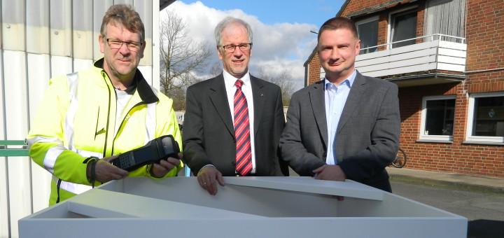 ASO-Geschäftsführer Christof von Schroetter, Kreisdezernent Werner Schauer und ASO-Mitarbeiter Rainer Holler (von rechts) an einer der Mustersäulen, die verschiedene Volumina von Müllmengen veranschaulichen sollen. Foto: Bosse