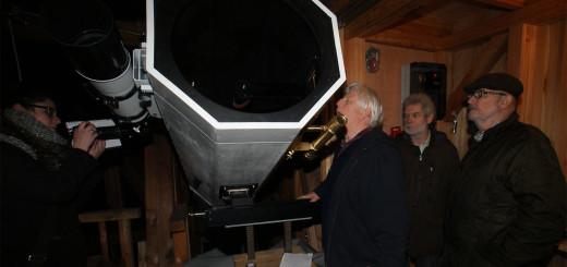 Klaus-Dieter Uhden, Helmut Minkus und Hans-Joachim Leue (v.r.) präsentierten Dienstagabend den Nachbau des 27 Fuß-Spiegelteleskops von 1793.Foto: Möller
