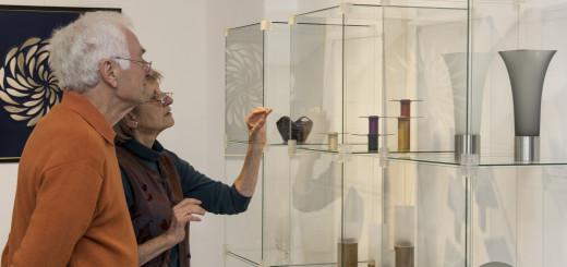 """Filigrane Schmuckstücke erwarten die Besucher der """"Tage des Kunsthandwerks"""" in Worpswede. Unser Foto zeigt die Künstler Paul und Ilka Mahrt. Foto: red"""