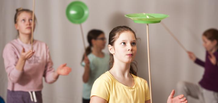 Das Angebot des Zirkusviertels reicht von Jonglage über Artistik bis zu Zauberei. Kinder ab sechs Jahren können mitmachen.
