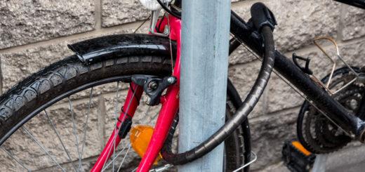 Das Fahrrad ist gut gesichert, wenn es mit einem stabilen Schloss an einem festen Gegenstand angeschlossen wird.