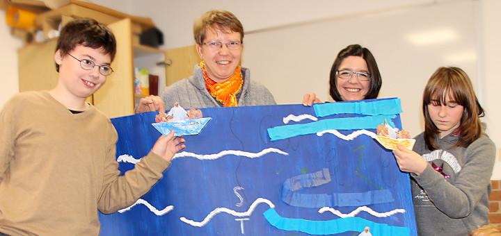 Schulpastorin Johanna Schröder (hi.l.) und Saskia Lüning (hi.r.) leiten die Konfirmandengruppe.Foto: pv