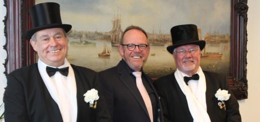 Stephan Kloss (l.) und Lothar Langhorst (r.) von der Ehrenwerten Gesellschaft laden mit Ortsamtsleiter Heiko Dornstedt (M.) zum Fassbieranstich ein. Foto: Füller