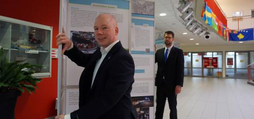 Dr. Henning Pieper vor der Ausstellung in der Liesel Anspacher Schule