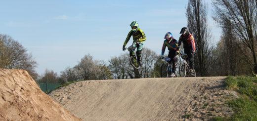 Sieht riskant aus, ist es auch: Ein Helm, diverse Schutzpolster und sogar ein Nackenschutz sind im BMX-Sport absolute Pflicht. Foto: Waalkes