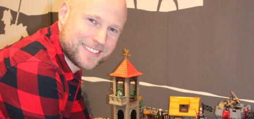 Oliver Schaffer vor der Playmobil-Pferdeausstellung