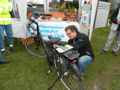 Claus Neubauer vom ADFC hatte gestern gut zu tun. Zahlreiche Besucher wollten ihr Fahrrad bei ihm codieren lassen. Foto: Bosse