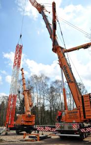 Mit Hilfe eines Krans sind die ersten Gittersegmente aufgestellt worden. Die Maschine kann Arbeiten in bis zu 85 Meter Höhe verrichten. Foto:Konczak