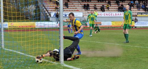Ein Treffer, der nicht anerkannt wurde. TSV-Torwart Gytis Clausen erwischt den Ball nach Schuss von Dominik Entelmann hinter der Linie. Foto: Konczak